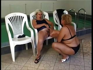 lésbicas maduras fodem junto à piscina