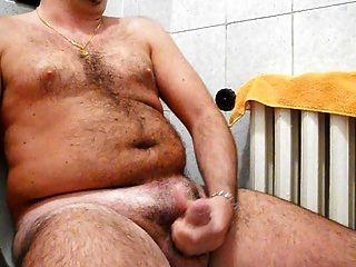 wanking meu galo duro no banheiro com mega corrida