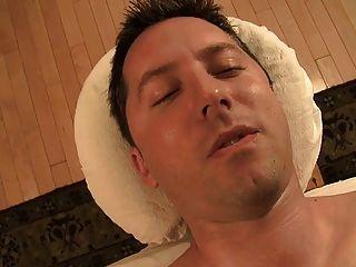o thara singh asiático quente dá uma excelente massagem final feliz