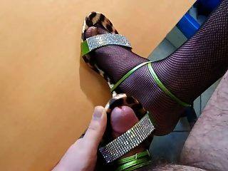 vestindo e cum na minha mãe sandálias de salto alto com rede de pesca
