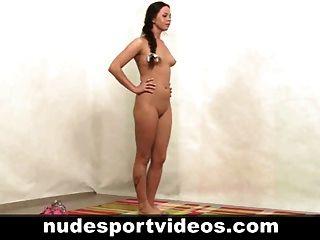 menina amadora sexy fazendo exercícios de fitness