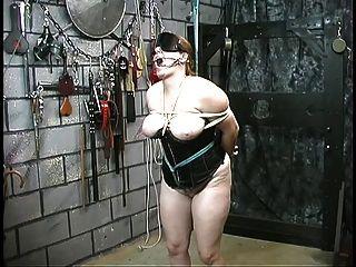 Linda garota escrava espessa em espartilho é contido e humilhado por seu mestre
