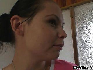 ela fica brava quando o encontra fodendo sua mãe