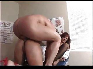Duas mulheres do sexo feminino recebem seu paciente muscular.