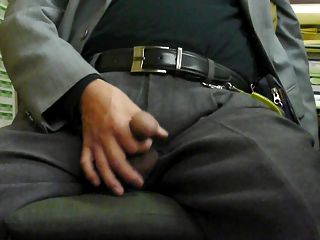 homem velho japonês. O homem sai do penis ereto rígido