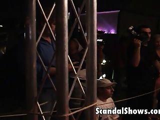 menina quente fica amarrada no show de strip