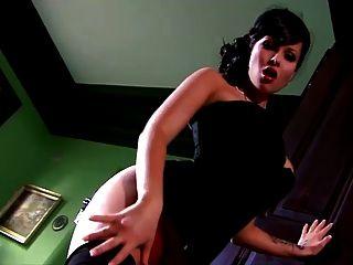 tits grandes, a dama clássica brinca com sua buceta
