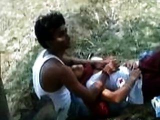 menina indiana permite jogar seu amante com seus seios em um parque