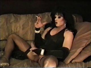 Tranny lingerie de cabelos escuros lisa Dupree Fumar e masturbação