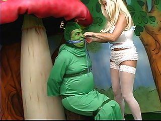 Alicia sexy com mamas gordas se perde no país das maravilhas e joga com uma lagarta