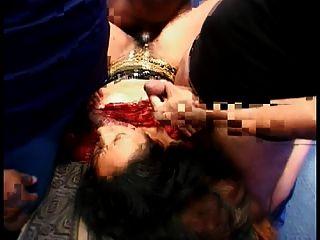 prostituta indiana quente em blusa vermelha foda quatro galos no chão