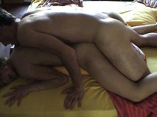 O casal estrangeiro bonito tenta anal