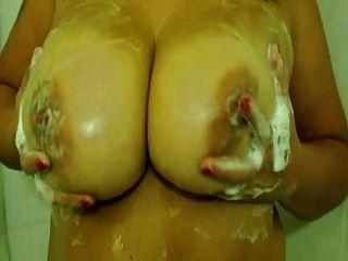 Bastão amador de peixe com grandes tomas tomando banho