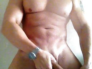 grande galo branco acariciando o banho