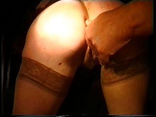 dois rapazes levam uma mulher sexy para um brincadeira na tarde da noite