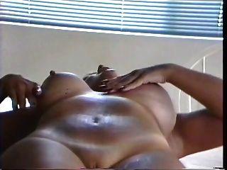 tatuagem breasted lactant thickfree milf espreme o leite de seus peitos inchados