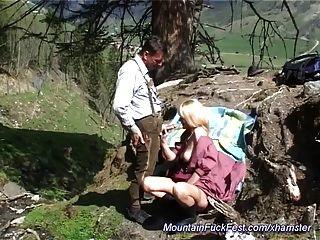A mãe ama a foda anal nas montanhas
