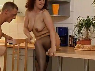 MILF excitado e dois caras fodendo na cozinha