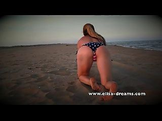 nua e suja com meu enorme sextoy preto na praia