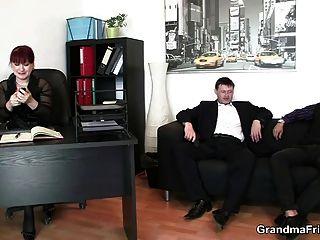 mulher de negócio quente leva duas dicks