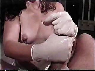 morena gostosa de luvas batendo una punhetinha boa