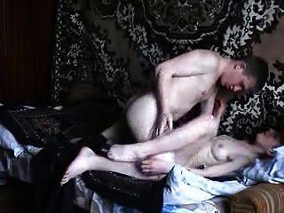 A mãe fica grande e dura com o homem mais novo