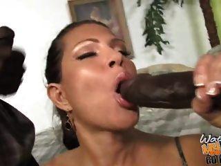 mãe madura busty fodida por dois negros na frente do filho