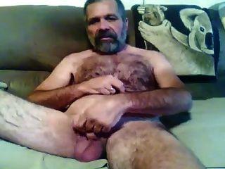 Papai barbudo peludo mostrando para a câmera