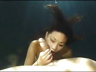 Batida subaquática de beleza asiática