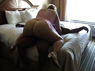 bbw maduro monta um galo na cama