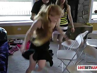 tira cadeiras musicais com sete garotas e três rapazes