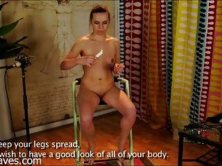 Uma pequena mulher russa envia a seu mestre e é punida