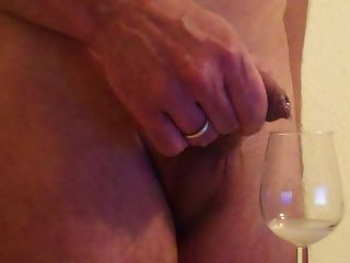 prepúcio tiro galo suave no copo de vinho bebendo
