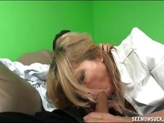 mãe e não sua filha sugam um boner