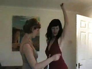 dois milfs dançando e despindo após a festa
