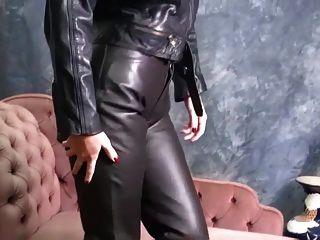bebês quentes em couro colocam calças apertadas e botas sexy provocam