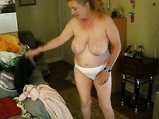 mulher exposta e desconhecida cora mudando de roupa
