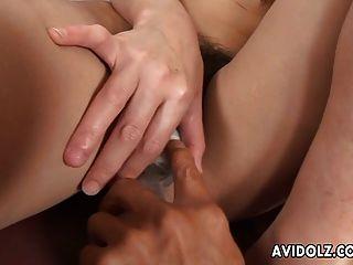 A menina asiática fica com a boca peluada e tocada