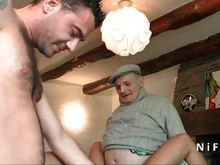 jovem babez bronzeado fodido duro em 3way com papy