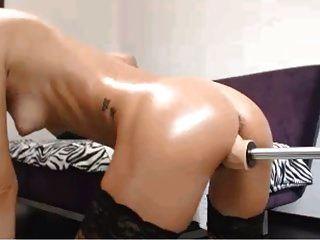loiro quente usando máquina sexual 2