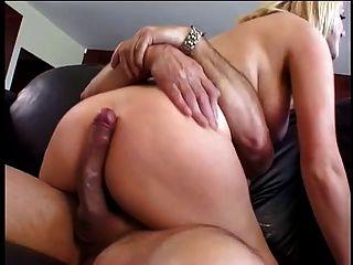 mamas grandes loiras adoram montar um galo grande