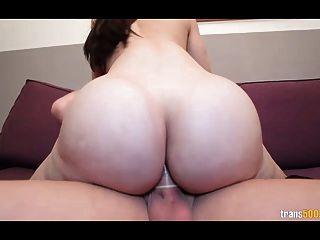 sexy shemale com enorme bunda e peitos leva dura galo