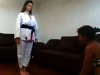 A amante teve treinamento de karatê no rosto do escravo na parte 2 de 2