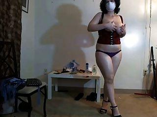 Busty, menina gordinha na máscara dançando na webcam