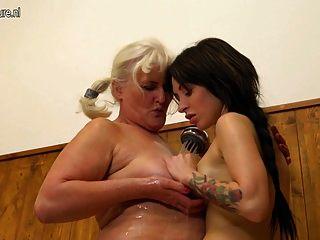 velha vovó seduzindo uma jovem no banheiro
