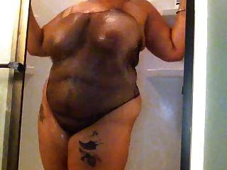 criança gorda tomando banho