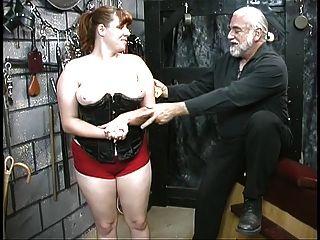 jovem bdsm escrava morena em corset é espancada e caned no porão