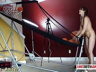 duas meninas com ótimos corpos jogam strip basketball shoot off