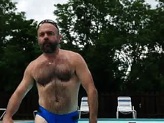 Daddy en camara lenta saliendo da piscina