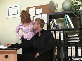 sexo no escritório quente com velha cadela madura